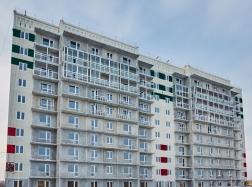 В доме № 35 на всех этажах уже застеклены окна, сейчас ведутся сантехмонтажные работы.