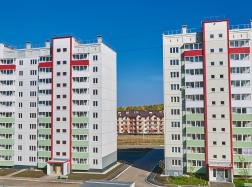 Слева-направо: дом №36, и №6 по ул Изумрудной (вид со двора)